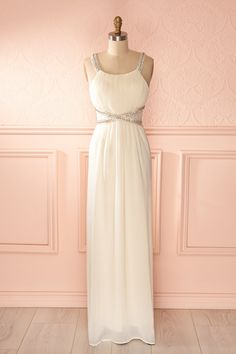 La déesse moderne raffole de simplicité scintillante. The modern Goddess adores sparkling simplicity.