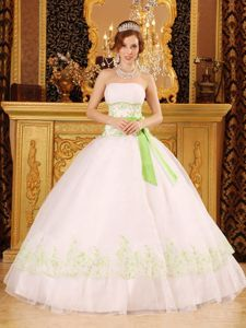 Modest Snow White Appliqued Quinceanera Dress with Bowknot in Style