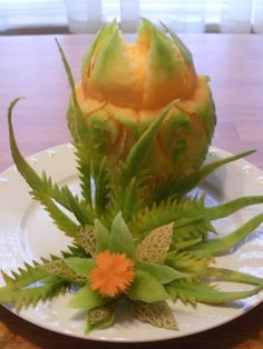 Melon garnish Veggie Art, Fruit And Vegetable Carving, Amazing Food Creations, Vegetable Decoration, Food Sculpture, Watermelon Carving, Food Carving, Fruit Carvings, Food Garnishes