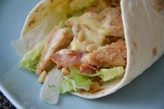 Kip-Cajun Wrap. Een lekkere wrap met cajunkruiden, sla, spek, honing-mosterdsaus en pijnboompitjes.