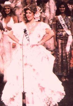 Irene Sáez Conde, Miss Universo 1981, recibió el trofeo por el segundo lugar obtenido en la competencia de Trajes Típicos, luciendo un espectacular vestido llanero en rosado con enormes faralaos blancos.