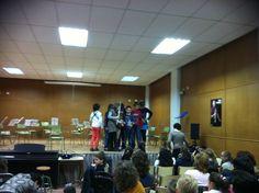 Alumnes de 2n de Conjunt Instrumental de la professora Isabel García agraint-li el seu treball (21-3-2013).