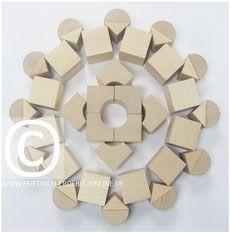 Spielgaben: Mandala aus Holzbausteinen mit Spielgabe 5B nach Froebel
