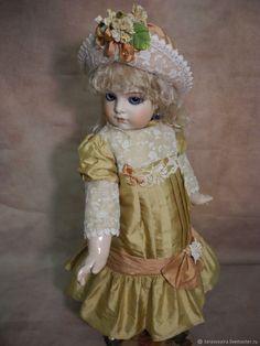 Платье и шляпка для куклы 60 см – купить в интернет-магазине на Ярмарке Мастеров с доставкой