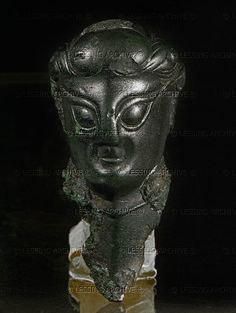 Hallstatt - Female head from an anthropomorphic sword hilt. Ancient Armor, Medieval Armor, Alexandre Le Grand, Vikings, Sculptures, Lion Sculpture, Celtic Culture, Celtic Mythology, Mystery Of History