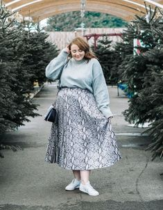 How To Wear A Midi Skirt. How to style a midi skirt. The snake skin trend is set to be huge in this grey skirt is easy to dress up or down. Plus size fashion inspiration. Midi Rock Outfit, Midi Skirt Outfit, Winter Dress Outfits, Casual Dress Outfits, Mode Outfits, Skirt Outfits, Dress Skirt, Summer Outfits, Modest Fashion
