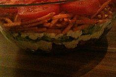 Gyros-Chips-Salat: Tomaten und Gurke klein schneiden. Mischen mit Gyros und Remoulade, keine Zwiebeln. Am schluss Chips (Kaufland Paprika Sticks) Oben drauf :)