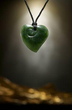 Frisch eingetroffen ist ein kleines traumhaftes 25 mm Nephrit Jade Herz mit dezenter Koru Gravur.