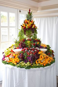 Wedding Food Tablescape ● Cascading Fruit Display More - Fruits and berries are present at any wedding table, in any season but especially in summer – they look beautiful and are yummy and healthy. We've already told you of figs. Party Platters, Buffet Party, Party Trays, Buffet Tables, Fruit Platters, Table Party, Buffet Ideas, Fruit Tables, Fruit Buffet