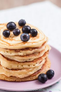 Amerikanische Pancakes - die fluffigsten Pancakes überhaupt - mit Butter, Buttermilch und Quark im Teig - http://www.backenmachtgluecklich.de/rezepte/amerikanische-pancakes.html