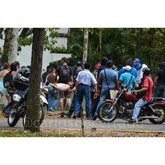Víctor recibió una terrible golpiza en manos de grupos violentos armados que ingresaron a la UCV, se lo llevaron...
