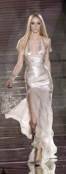 Versace Fashion show details Couture Mode, Couture Fashion, Runway Fashion, Milan Fashion, Beautiful Gowns, Beautiful Outfits, Glamour, Couture Dresses, Fashion Dresses