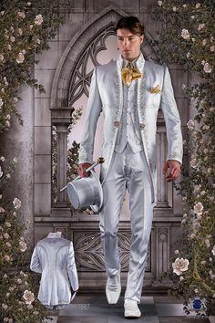 Traje de época barroco redingote blanca de raso con bordado oro y broche cristal. Traje de novio 1887 Colección Barroco Ottavio Nuccio Gala.