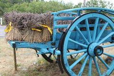 Con aire de Provence: una gran carreta llena de lavandas...!