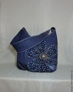 Like the flower idea. I have a lot of old zippers. Denim purse with cool applique Patchwork Bags, Quilted Bag, Blue Jean Purses, Diy Bags Purses, Blog Couture, Denim Purse, Denim Crafts, Recycle Jeans, Old Jeans