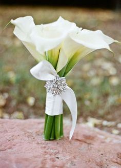 The brooch adds sparkle to this simple elegant white calla lily bouquet / http://www.himisspuff.com/spring-summer-wedding-bouquets/5/