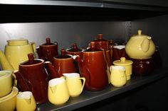 Bruine en gele Boch koffiepotjes  en melkkan