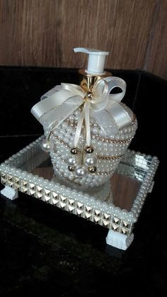 1 million+ Stunning Free Images to Use A. Glamour Decor, Diy Bottle, Bottle Crafts, Diy Home Crafts, Diy Arts And Crafts, Flower Ball Centerpiece, Pearl Crafts, Decorated Wine Glasses, Glitter Wine