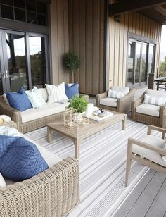 Get the look: Modern Neutral Outdoor Space Patio Furniture Ideas of Patio Furniture Spruce up your outdoor spaces and get ready for summer! - Patio Umbrellas - Ideas of Patio Umbrellas Resin Patio Furniture, Diy Garden Furniture, Outdoor Furniture Sets, Rustic Furniture, Antique Furniture, Out Door Furniture, Outside Furniture Patio, Furniture Makeover, Furniture Decor