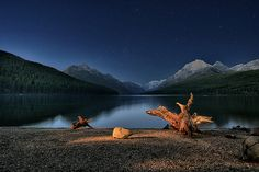 Light painted driftwood on Bowman Lake, Glacier National Park, Montana Road Trip Usa, Parc National, National Parks, Exposition Multiple, Grand Canyon, Ciel Nocturne, Arizona, Landscape Photography Tips, Scenic Photography