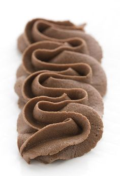 Low Carb Chocolate Buttercream Frosting This keto chocolate frosting is perfection. Rich, creamy and totally sugar-free! Low Carb Deserts, Low Carb Sweets, Diabetic Sweets, Diabetic Meals, Easy Buttercream Frosting, Frosting Recipes, Fudge Frosting, Low Carb Chocolate, Chocolate Flavors