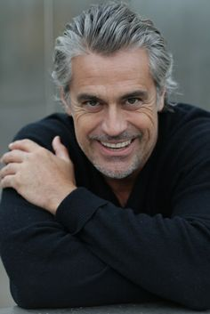 Coolio pt 2 :) <3 Older Mens Hairstyles, Haircuts For Men, Cool Hairstyles, Silver Foxes Men, Grey Hair Looks, Handsome Older Men, Grey Hair Men, Color Rubio, Salt And Pepper Hair