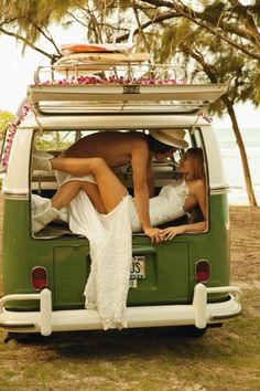 Take unusual props with you in your pictures with your wedding gear :)  love it!! Surfer Wedding, Vw Bus, Hipster Wedding Dresses, Beachy Wedding Dresses, Hippie Couple, Hippie Love, Hippie Style, Surf Style, Hippie Mama