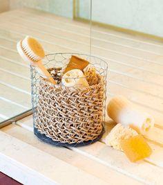 Detalle accesorios de aseo encima de plato de ducha. Después de la ducha...