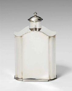 Wismarer Teedose Silber. Rechteckiger Grundriss mit abgeschrägten, fassonierten Ecken und eingescho