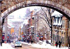 La Porte Saint-Jean avec la rue Saint-Jean sous la neige