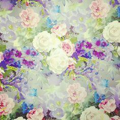 【ラッピングペーパー】ホワイトローズ銀 ¥100/光沢のある花柄のラッピングペーパーです。