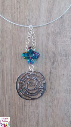 8c59cc7f35bd Collier ras de cou en perles de verre turquoise reflets doré et fushia et  pendentif spirale