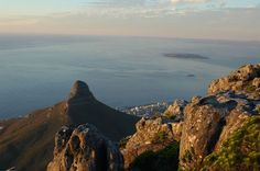 Evening over Cape Town with views to Robben Island and Lions Head | Photo: © Markus Weisgerber