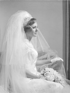 Wedding gowns through the decades - Photo Gallery Vintage Wedding Photos, Wedding Dresses Photos, Vintage Bridal, Vintage Weddings, Wedding Pictures, Vintage Photos, Short Veil, Bridal Photography, Wedding Veils