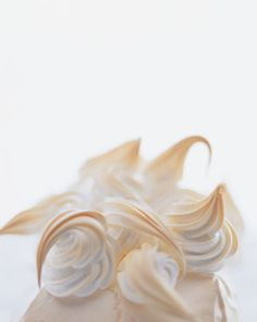 This meringue is used for our Pavlova with Fresh Red Fruits. It will produce a meringue that is crisp on the outside and chewy on the inside. Easy Meringue Recipe, Meringue Desserts, Italian Meringue, Swiss Meringue, Seven Minute Frosting, Baking School, Onion Tart, Garlic Butter Shrimp, Baked Alaska