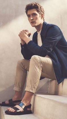 The latest men's fashion including the best basics, classics, stylish eveningwear and casual street style looks. Shop men's clothing for every occasion onli Male Fashion Trends, Boy Fashion, Mens Fashion, Casual Look For Men, Latest Mens Wear, Moda Retro, Barefoot Men, Evolution Of Fashion, Casual Street Style