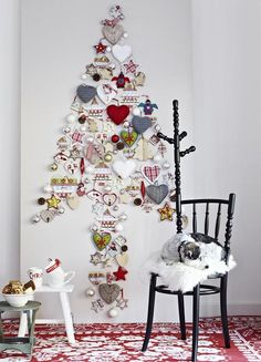 Christmas at Home - Alternative Christmas Tree in Xmas Trend Creative! Pin your Own Tree on the Wall! Unusual Christmas Trees, Wall Christmas Tree, Alternative Christmas Tree, Noel Christmas, Christmas Living Rooms, Xmas Tree, All Things Christmas, Christmas Crafts, Christmas Decorations