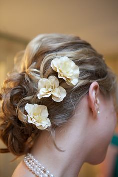Love flowers in hair Love Flowers, Flowers In Hair, Small Flowers, Pretty Hairstyles, Wedding Hairstyles, Wedding Updo, Sell Wedding Dress, Glamorous Hair, May Weddings