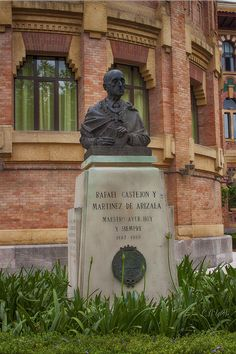 Este importante personaje, Rafael Castejón y Martínez de Arizala, tiene la escultura dedicada a él en los jardines de la Antigua Facultad de Veterinaria.