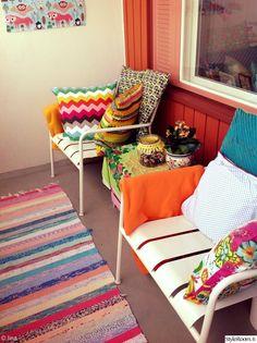 """Käyttäjän """"iinashem"""" parveke on täynnä iloisia värejä! Tämä parveke ei jää kakkoseksi kesäkukkien loistolle :) #styleroom #inspiroivakoti #parveke Balcony, Small Spaces, Lounge, Couch, Furniture, Home Decor, House Ideas, Garden, Life"""