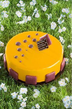Vincent Guerlais a élaboré un gâteau de Pâques graphique. Un délicat entremet, composé d'un biscuit croustillant et d'un crémeux à la mûre, recouvert d'une crème légère, parfumée au citron vert et au basilic, et orné de délicates perles sucrées. Une création légère qui surprendra par ses arômes subtils.