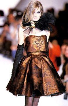 Supermodel Karen Mulder for Christian Dior F/W Dior Haute Couture, Couture Fashion, Runway Fashion, High Fashion, Fashion Show, Womens Fashion, Fashion Suits, Fashion Models, Image Fashion