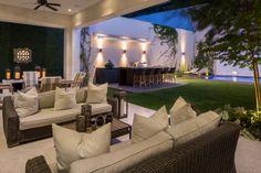 Lieblingsplatz an der frischen Luft: Eine überdachte Terrasse ist super praktisch und verlängert die Outdoorsaison.