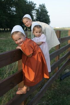 Little Amish girls smile as they climb a fence. Life is joyful. All things Amish Precious Children, Beautiful Children, Happy Children, We Are The World, People Around The World, Little People, Little Ones, Kind Photo, Amish Culture