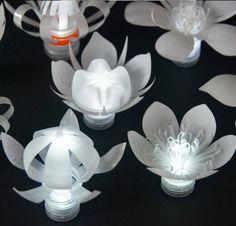 ENTREGA GRATIS REINO UNIDO  Estas lindas florecitas cada una están iluminados con un té blanco de LED luz.  Cada flor recicla una botella de plástico inútil. Después de recoger las botellas de las familias locales, cada botella es con chorro de arena para convertirlas en color