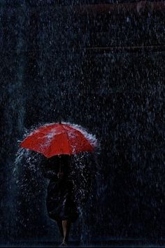 Red umbrella in the rain Rainy Mood, Rainy Night, Walking In The Rain, Singing In The Rain, Arte Do Harry Potter, Arte Black, I Love Rain, Rain Days, Umbrella Art