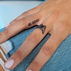Tattoo Am Finger, Small Finger Tattoos, Small Girl Tattoos, Tattoo Girls, Tattoo Small, Small Tattoo Placement, Cool Girl Tattoos, Girl Finger Tattoos, Finger Tattoo For Women