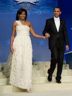 The white chiffon, one-shoulder Jason Wu gown Michelle Obama wore to inaugural ball established her support of emerging designers and love of shoulder-baring sheaths. Michelle Obama Fashion, Barack And Michelle, Used Wedding Dresses, Designer Wedding Dresses, Dress Picture, Only Fashion, Women's Fashion, Jason Wu, Ball Dresses