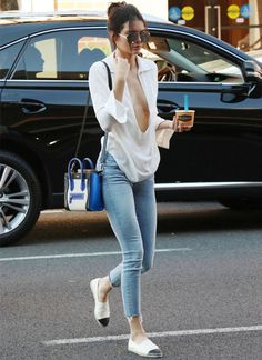 kendall-jenner-look-street-style-jeans-decote-blusa