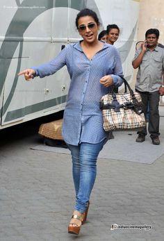 Bharatbytes: Vidya Balan spotted at movie sets Bollywood Girls, Indian Bollywood, Bollywood Fashion, Bollywood Actress, Bollywood Bikini, Vintage Bollywood, Hot Actresses, Indian Actresses, Vidya Balan Hot